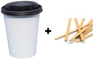Weiße Kaffeebecher mit Rührstäbchen